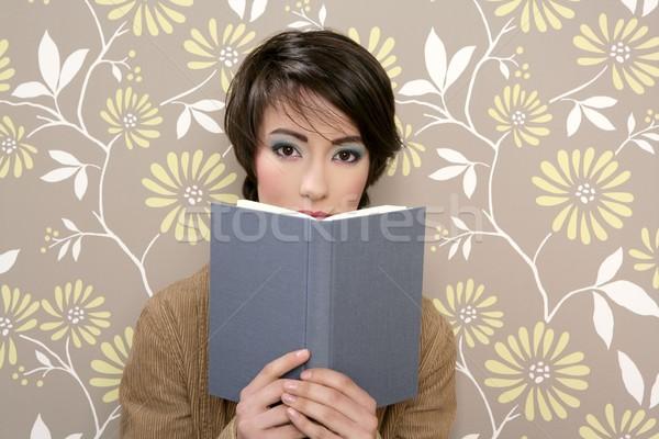 Książki czytania nieśmiała kobieta retro 60s Zdjęcia stock © lunamarina
