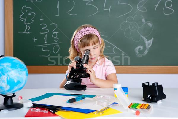 Stok fotoğraf: çocuklar · küçük · kız · okul · sınıf · mikroskop · bilim