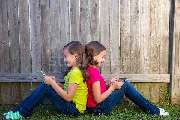 Iker lánytestvér lányok játszik táblagép ül Stock fotó © lunamarina