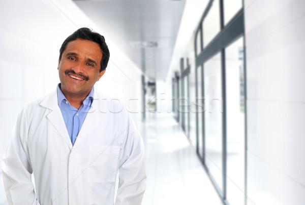 Indiai orvos szakértelem mosolyog kórház folyosó Stock fotó © lunamarina