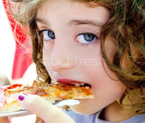 Kind meisje eten pizza slice hongerig Stockfoto © lunamarina