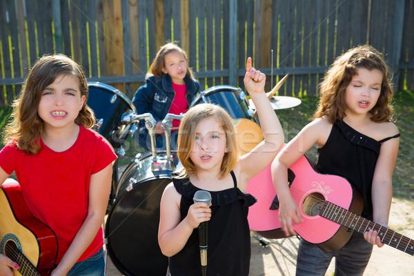 ストックフォト: 歌手 · 少女 · 歌 · 演奏 · ライブ · バンド