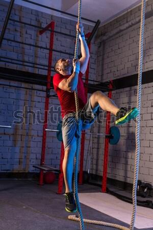 Nő férfi tornaterem csoport súlyemelés edzés Stock fotó © lunamarina