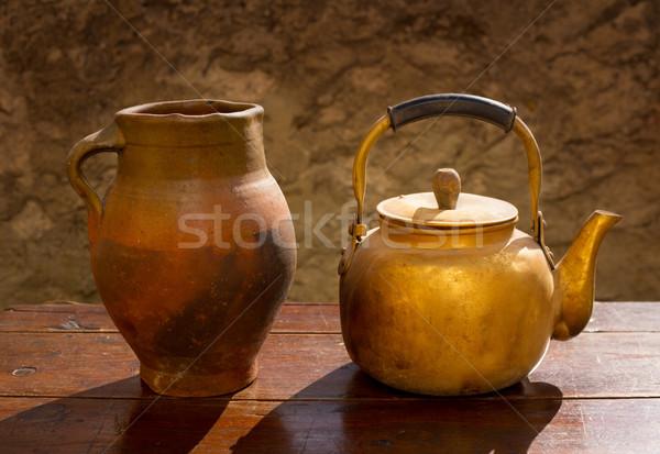 Antique laiton théière rétro table en bois argile Photo stock © lunamarina