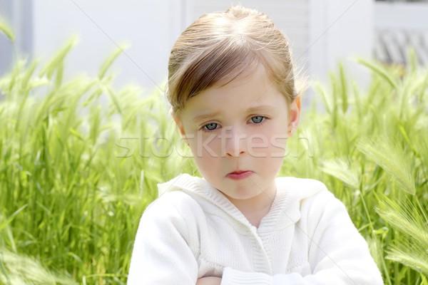 Böse enttäuscht Geste kleines Mädchen Wiese grünen Stock foto © lunamarina