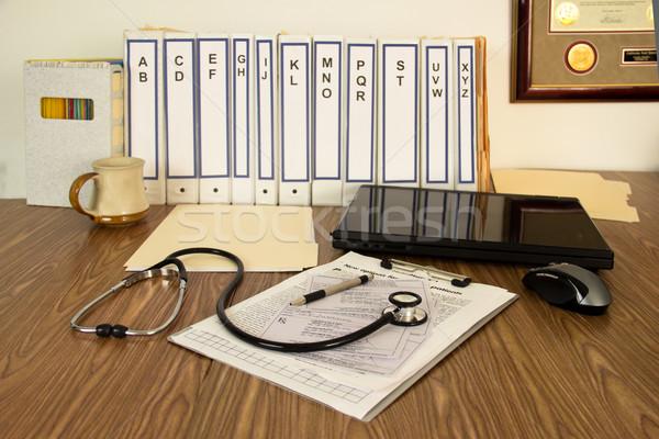 医師 作業領域 ファイル ノートパソコン コーヒーカップ ストックフォト © LynneAlbright