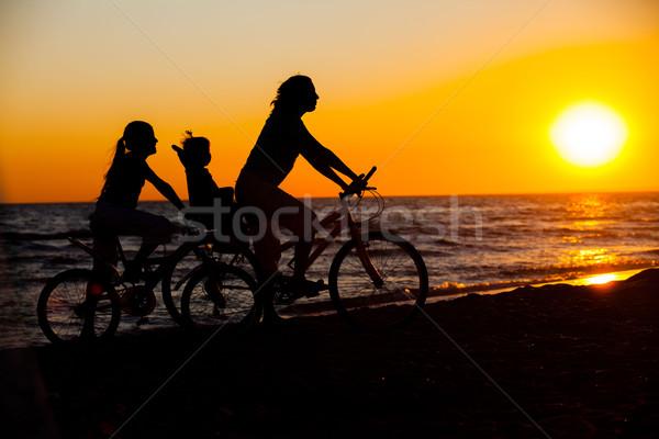 Moeder kinderen fiets silhouetten strand zonsondergang Stockfoto © macsim