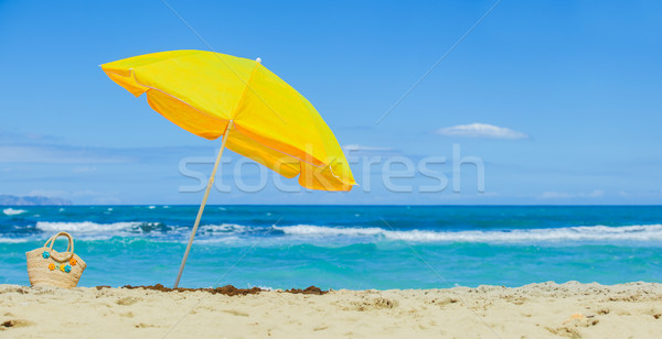 Parasol żółty tropikalnej plaży plaży wody tle Zdjęcia stock © macsim