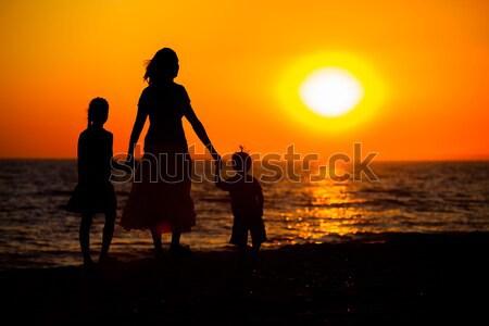 Foto stock: Mãe · crianças · silhuetas · praia · pôr · do · sol · mulher