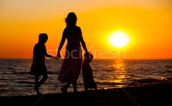 Moeder kinderen silhouetten strand zonsondergang vrouw Stockfoto © macsim