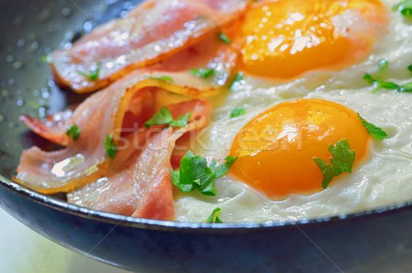 Ovo frito bacon frigideira feliz ovo pão Foto stock © mady70