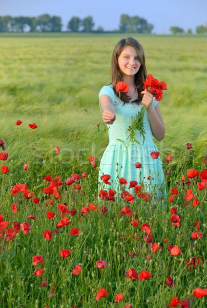 ストックフォト: 少女 · ケシ · フィールド · 小さな · 美少女 · 春