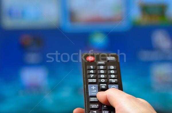 Kobieta pilota smart telewizja Internetu Zdjęcia stock © mady70