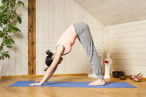 Yoga vrouw afbeelding mooie vrouw home bloem Stockfoto © magann