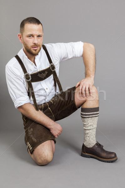 Mann traditionellen Lederhosen kniend Bild Porträt Stock foto © magann