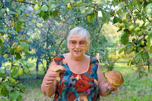 Foto stock: Mulher · cogumelos · mãos · maçã · jardim · árvore