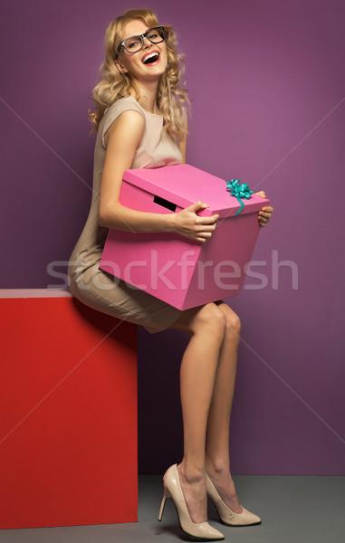 смеясь женщину огромный подарок шкатулке девушки Сток-фото © majdansky