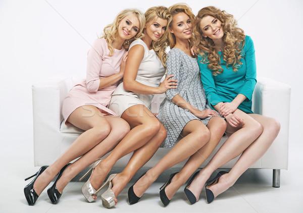 Aantrekkelijk vriendinnen vergadering sofa witte glimlach Stockfoto © majdansky