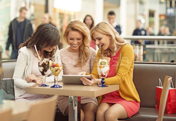 Drie vrouwen coffeeshop dames voorjaar glimlach Stockfoto © majdansky