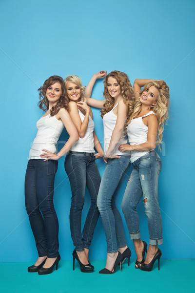 Vier jonge aantrekkelijk vrienden samen vrolijk Stockfoto © majdansky