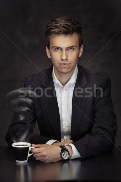 Elegancki młody człowiek pitnej kawy wifi młodych Zdjęcia stock © majdansky