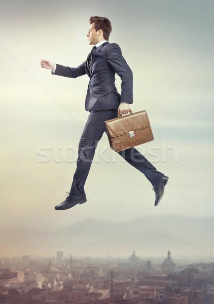 Presenteren vliegen gelukkig zakenman pak uitvoerende Stockfoto © majdansky