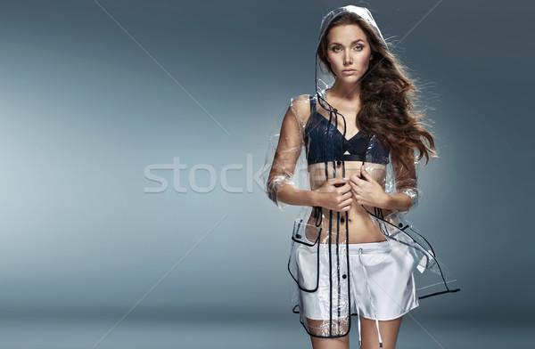 Piękna brunetka dziewczyna wodoodporny płaszcz Zdjęcia stock © majdansky