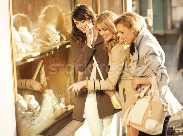 Vrolijk vriendinnen naar sieraden jonge voorjaar Stockfoto © majdansky