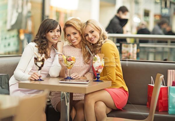 Portret drie vrolijk vriendinnen jonge voorjaar Stockfoto © majdansky