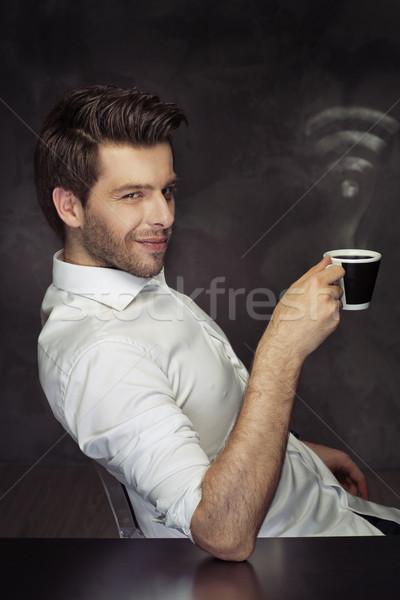 Elegancki człowiek pitnej kawy wifi pary Zdjęcia stock © majdansky