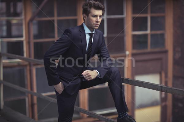 Elegante man donkere pak zakenman uitvoerende Stockfoto © majdansky