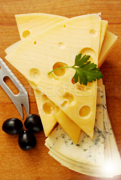 Gesneden schimmelkaas groot stuk kaas zwarte olijven Stockfoto © mallivan