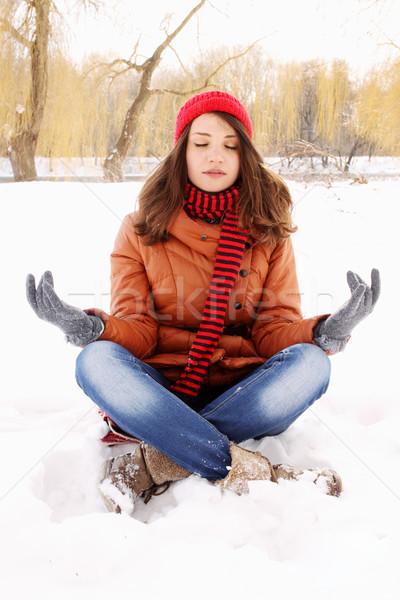 Jonge vrouw lotus positie sneeuw vrouw glimlach Stockfoto © mallivan