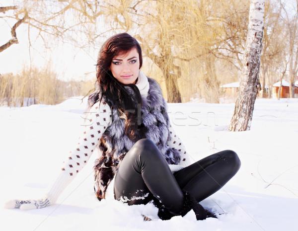 Vrouw vergadering sneeuw portret bont vest Stockfoto © mallivan