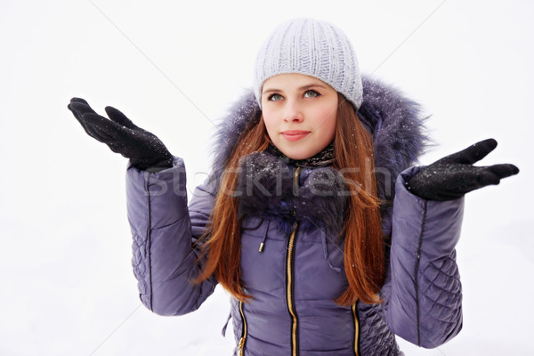 Vrouw jas sneeuw jonge vrouw sneeuwvlokken hand Stockfoto © mallivan