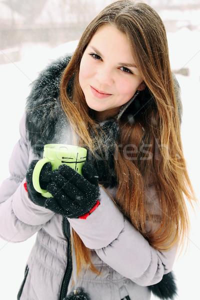 Jonge vrouw beker warme drank vrouw gelukkig Stockfoto © mallivan