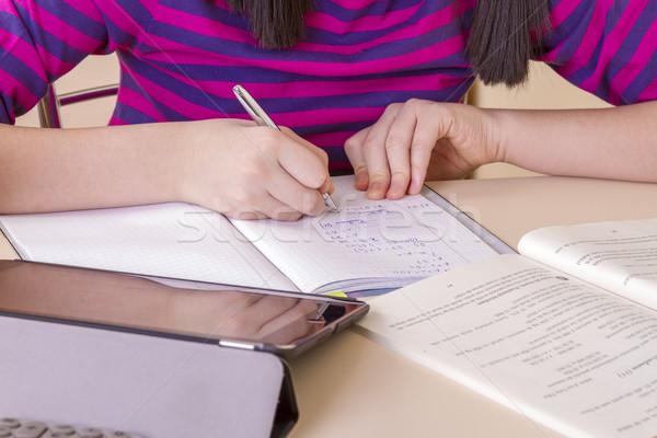 Schoolmeisje huiswerk digitale tablet papier Stockfoto © manaemedia