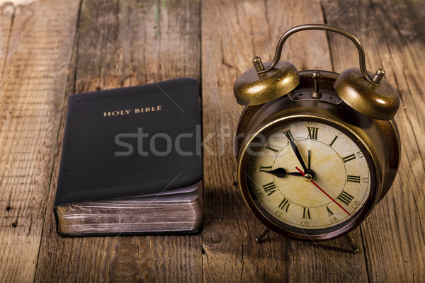 Bible horloge bois accent fond métal Photo stock © manaemedia