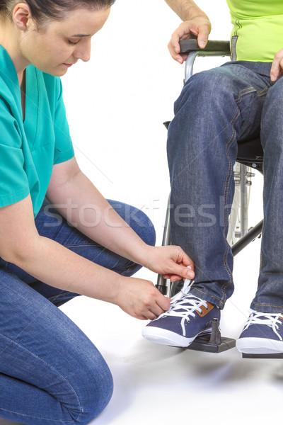 Verpleegkundige helpen gehandicapten jonge man rolstoel man Stockfoto © manaemedia