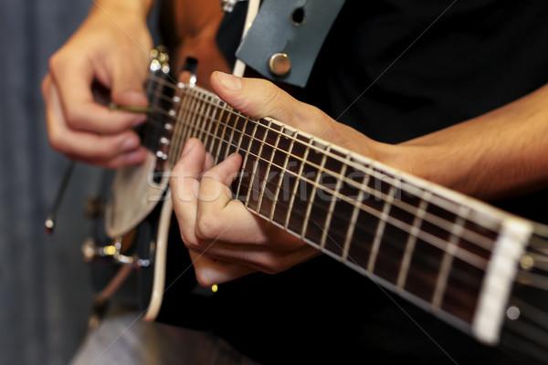 Elektrische gitaar vingers spelen shot Stockfoto © manaemedia