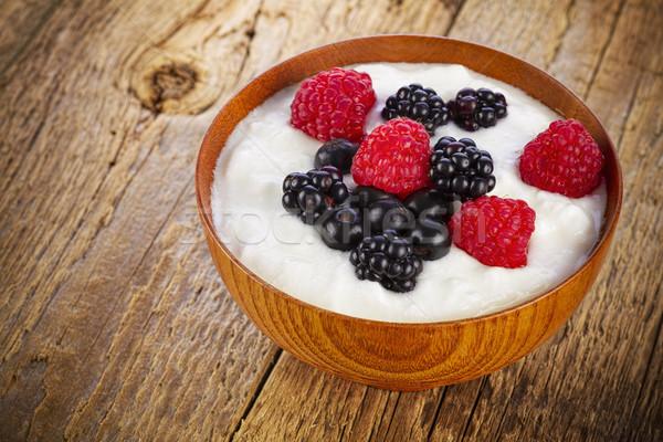 Yoghurt bos bessen houten kom voedsel Stockfoto © manaemedia