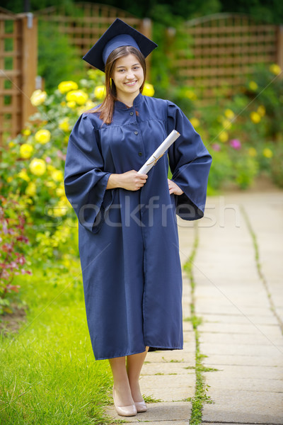 Jonge vrouw glimlachend camera diploma Stockfoto © manaemedia