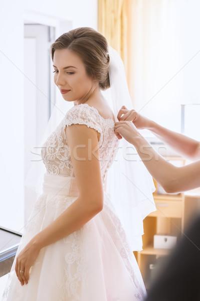 Bella giovani sposa abito da sposa soggiorno aiutare Foto d'archivio © manaemedia