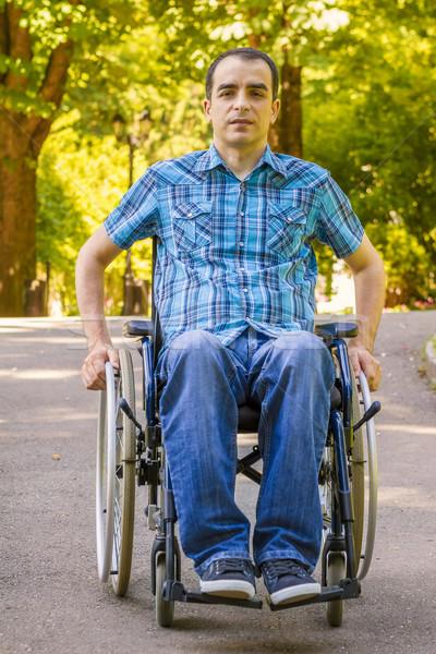 Jonge man rolstoel stad park man gelukkig Stockfoto © manaemedia