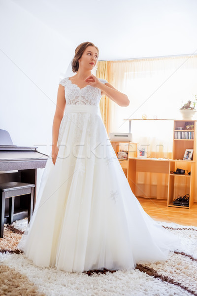 Bruid witte jurk mooie jonge trouwjurk woonkamer Stockfoto © manaemedia