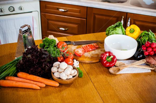 Hausgemachte Zubereitung von Speisen frischen Frühling Gemüse Küchentisch Stock foto © manera