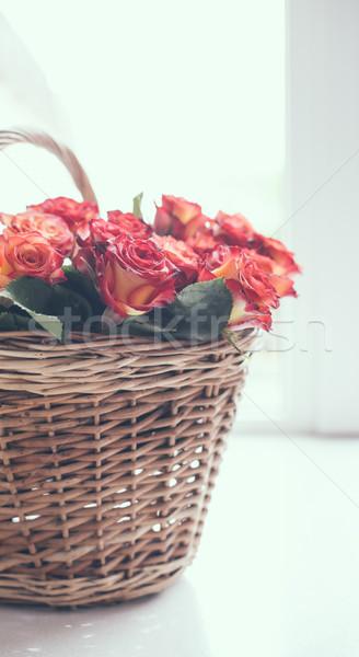 Roses panier table bouquet fenêtre rétroéclairage Photo stock © manera