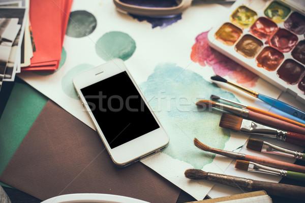 Сток-фото: смартфон · таблице · художник · студию · акварель · палитра