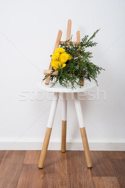 Arrangement bloemen tabel witte muur Stockfoto © manera