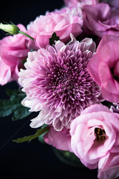 Foto stock: Ramo · rosa · flores · primer · plano · negro · crisantemo